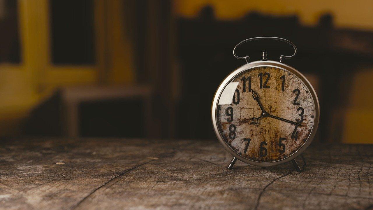 stary zegar budzik