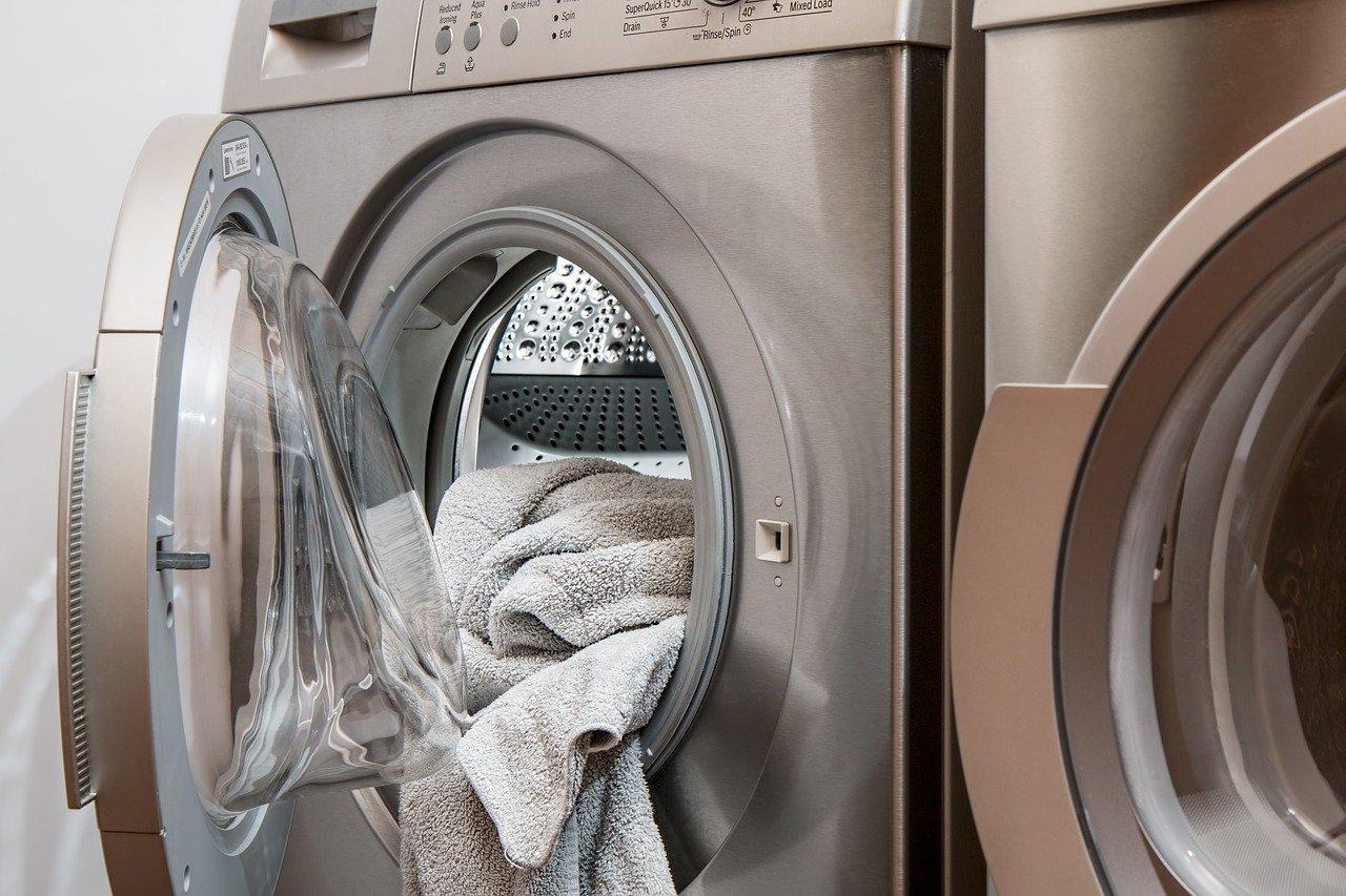 otwarta pralka z ubraniami