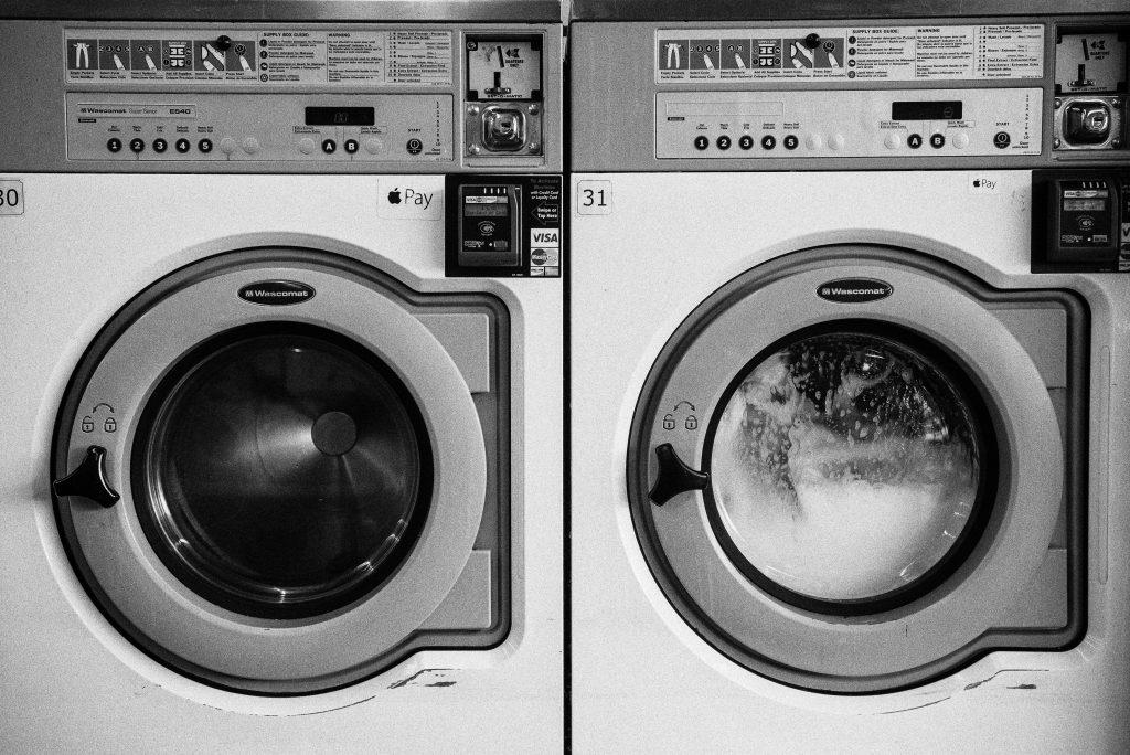 dwie pralki obok siebie