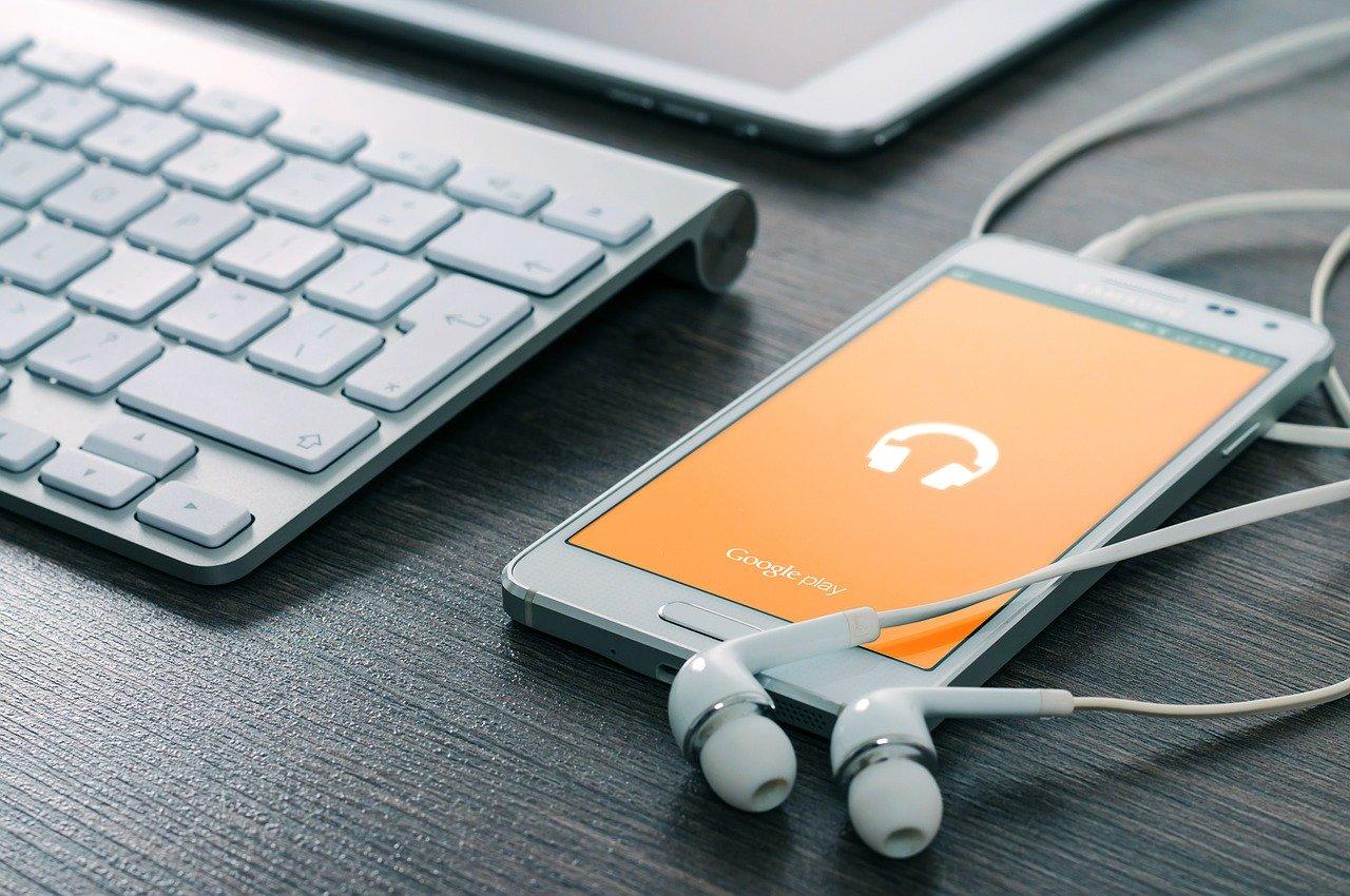 klawiatura, telefon i słuchawki